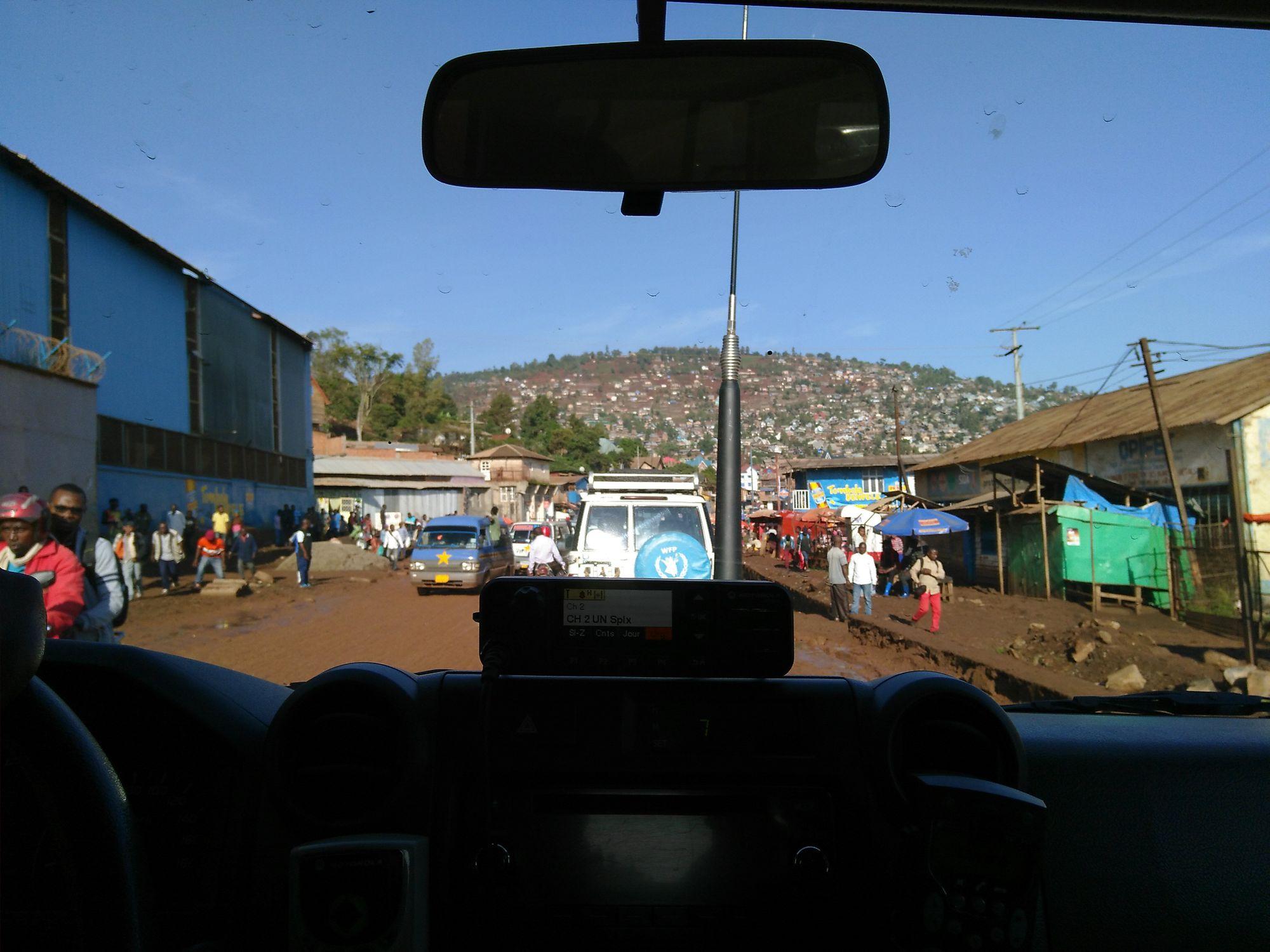 Blick aus dem Inneren eines Fahrzeugs auf einer Straße in Bukavu, Jürgen Kretz, Demokratische Republik Kongo.
