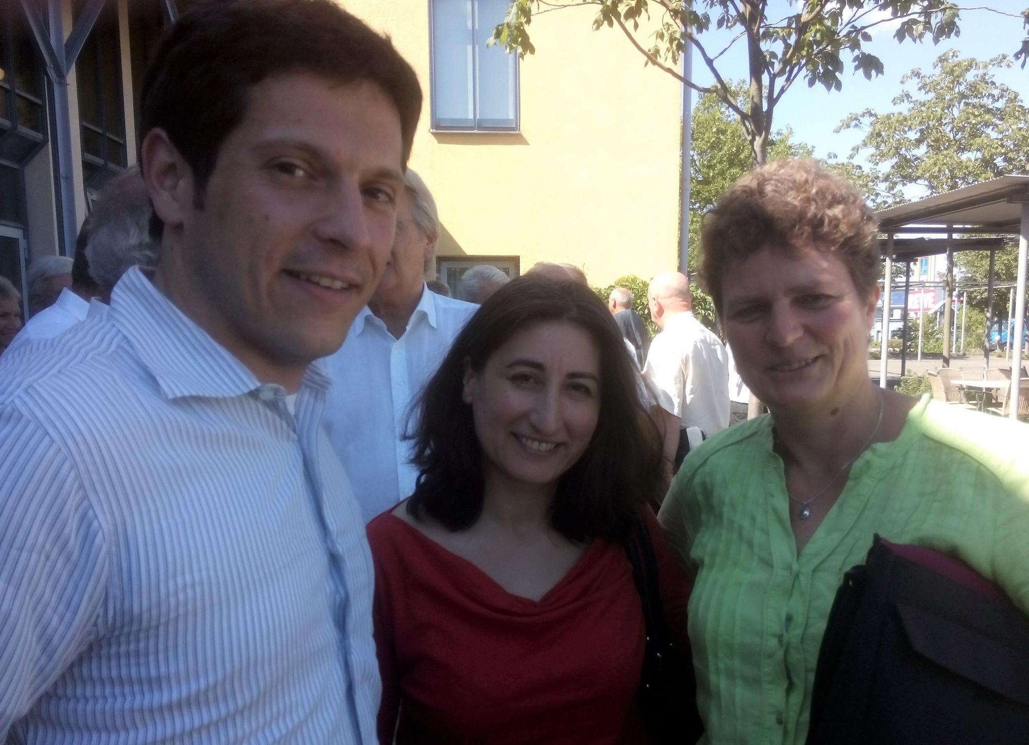 Jürgen Kretz, Fadime Tuncer und Anja Wirtherle vor dem Kongresszentrum Harres.