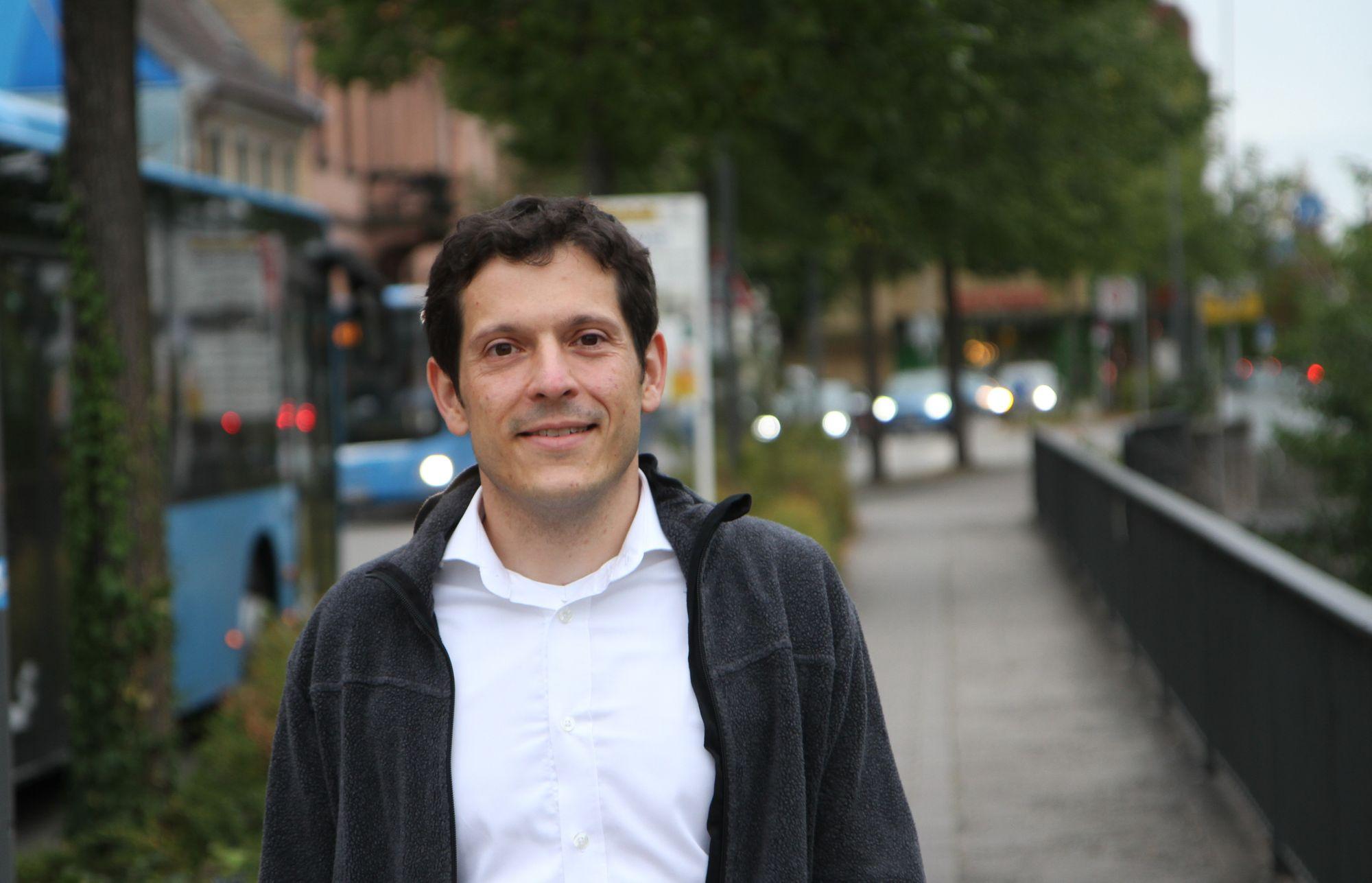 Jürgen Kretz in einer Straßenszene in Wiesloch