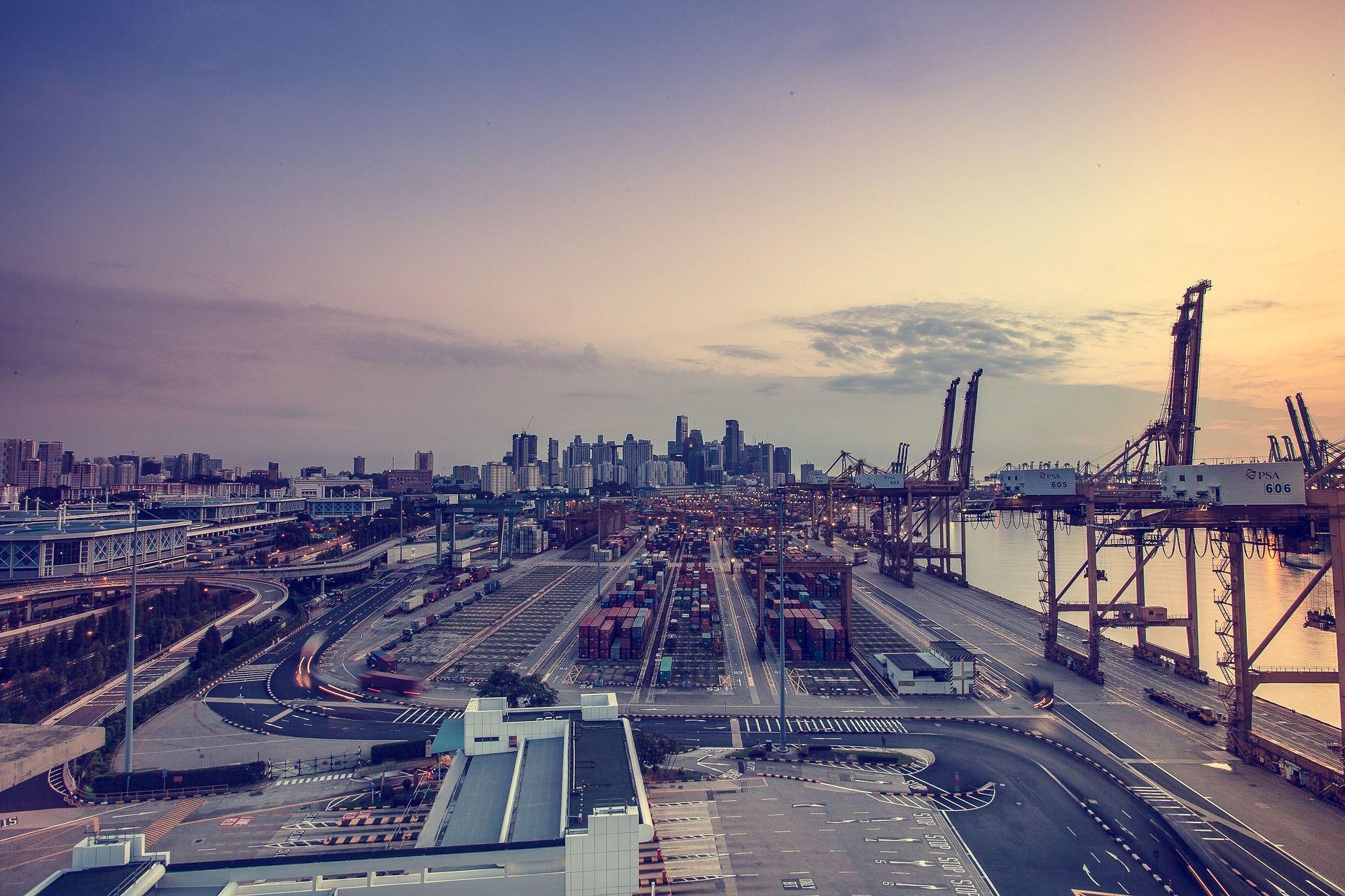 Containerhafen in der Dämmerung