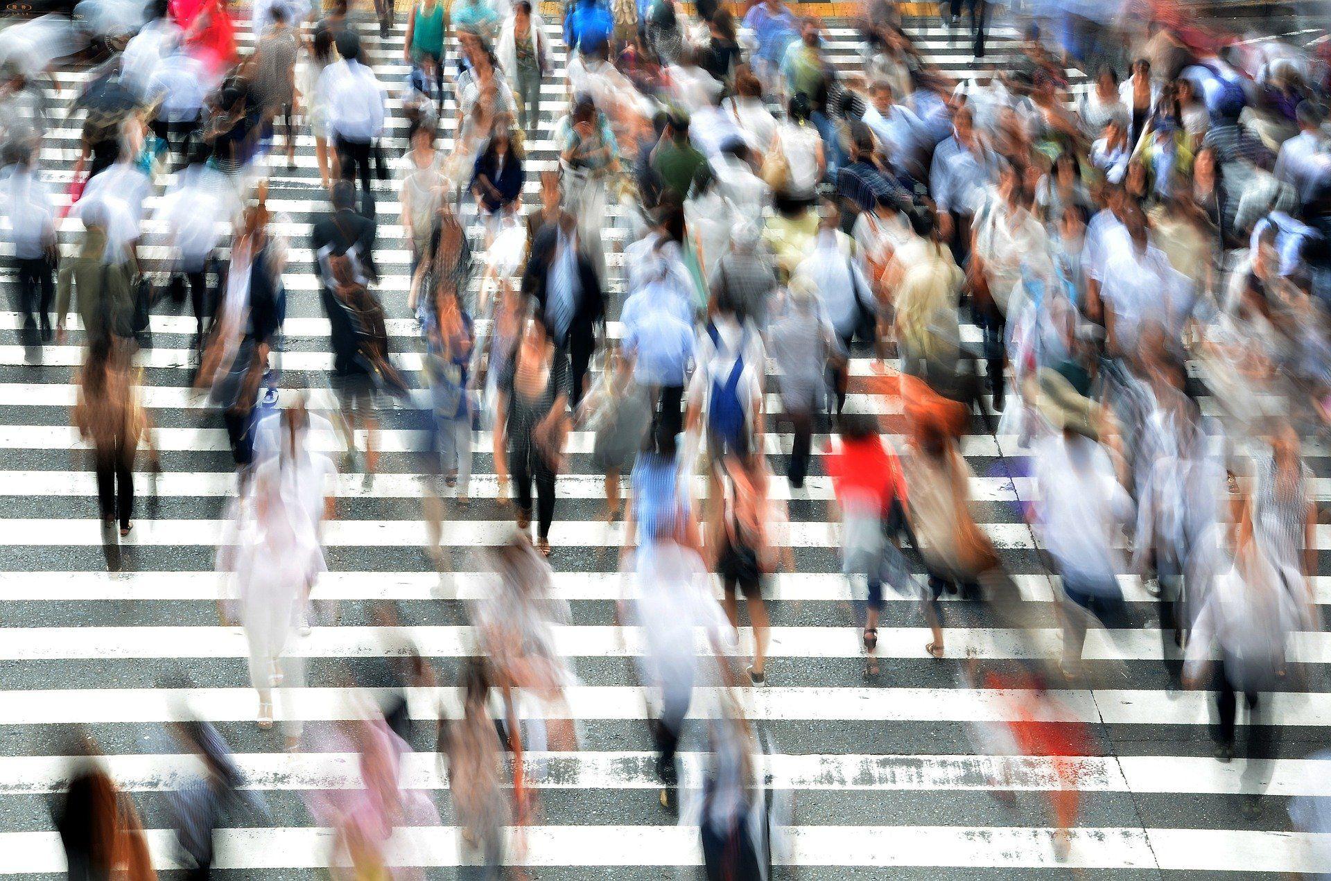 Menschen auf einem Fußgängerüberweg