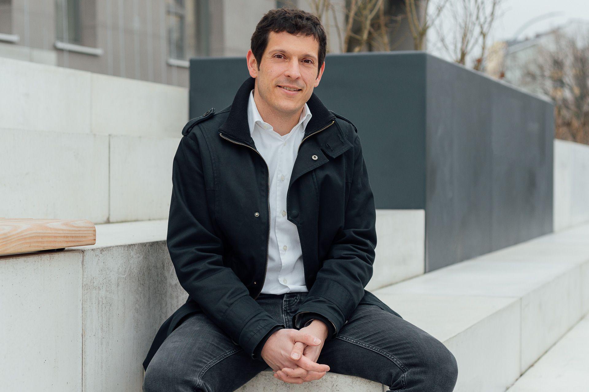 Jürgen Kretz sitzt auf einer Treppe