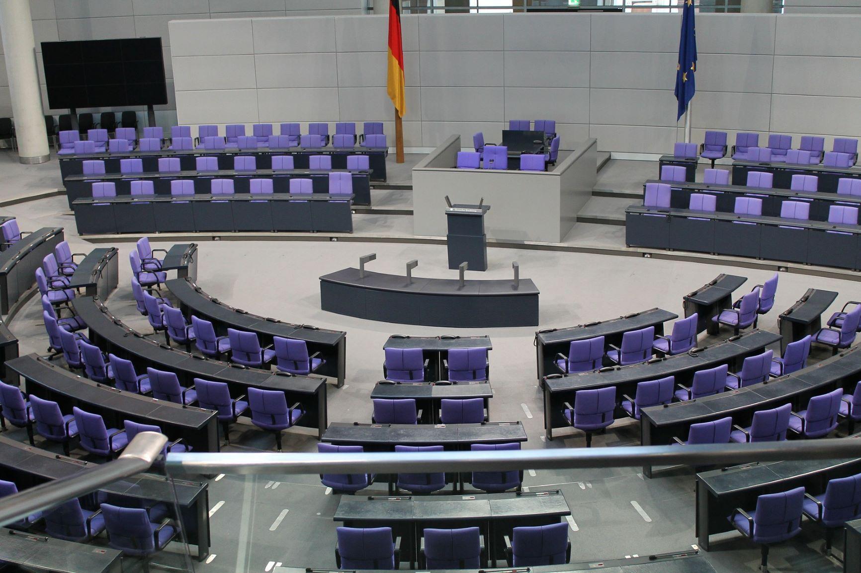 Leere blaue Stühle im Plenarsaal des deutschen Bundestags